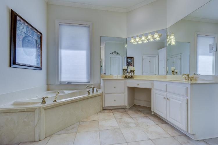 Умывальник из искусственного камня для ванной комнаты