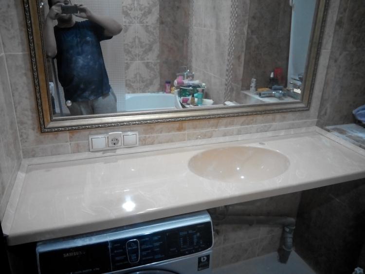 Столешница с мойкой из искусственного камня в ванную комнату