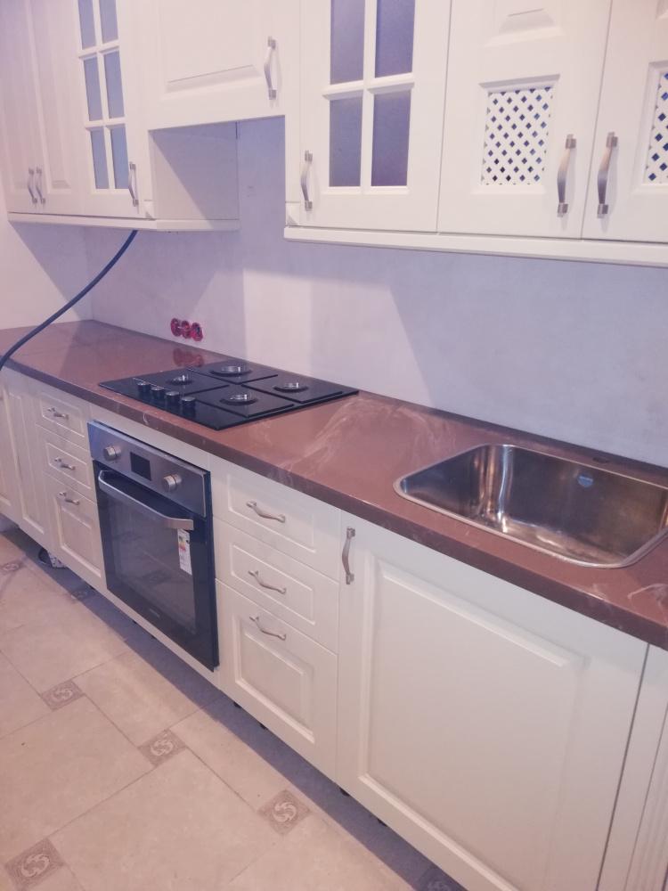 Коричневая столешница на кухню из искусственного камня под мрамор