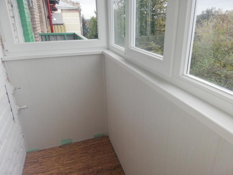 Белый подоконник из искусственного камня на балкон