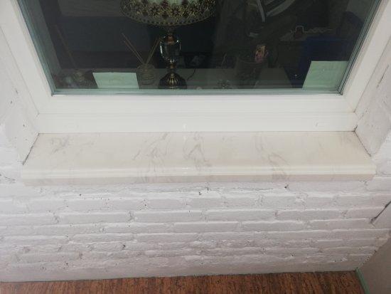 Молочный подоконник из искусственного камня под мрамор:Витебск, возле кинотеатра Мир