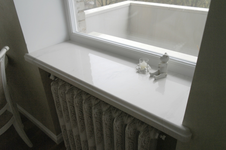 Белый подоконник из камня под мрамор
