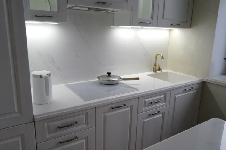 Белые мраморные столешницы и скинали из искусственного камня для кухни