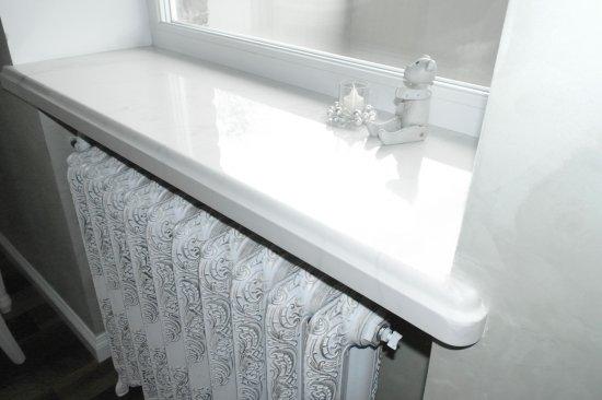 Белый подоконник из камня под мрамор:Витебск, ул. Мира, 17