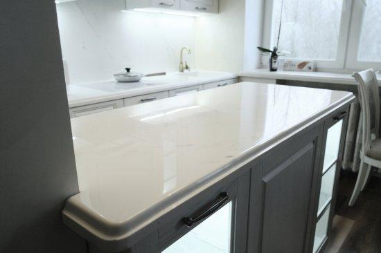 Белые мраморные столешницы и скинали из искусственного камня для кухни:Витебск, ул. Мира, 17