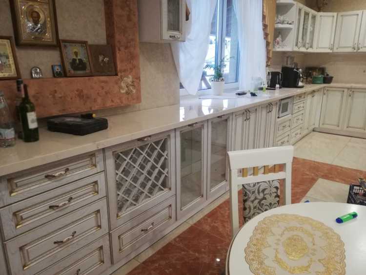 Кухня с угловой столешницей-подоконником из искусственного камня