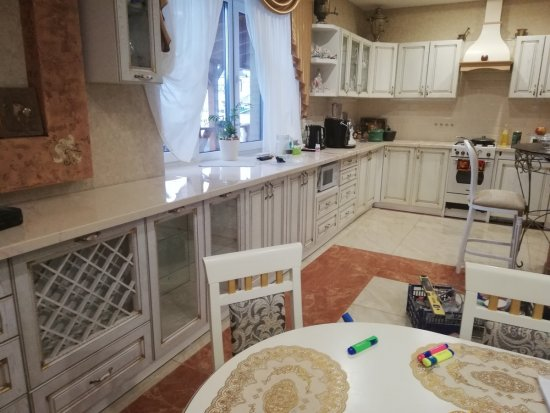 Кухня с угловой столешницей-подоконником из искусственного камня:г. Витебск, мкр-н Тарный