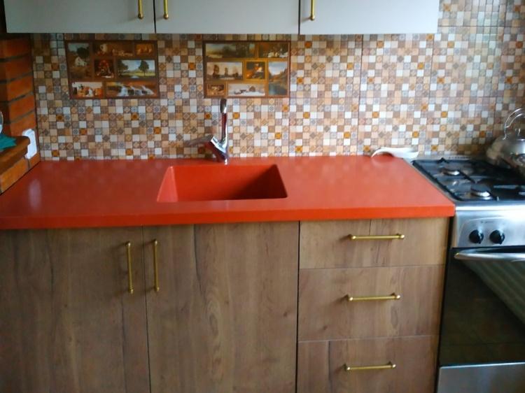 Оранжевая столешница из искусственного камня на кухню